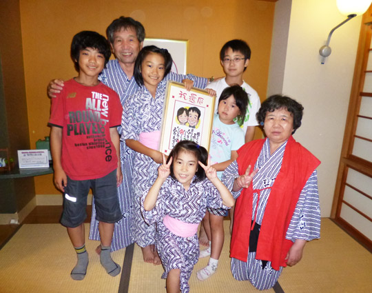 家族一同、特に孫に囲まれて母も喜んでいました