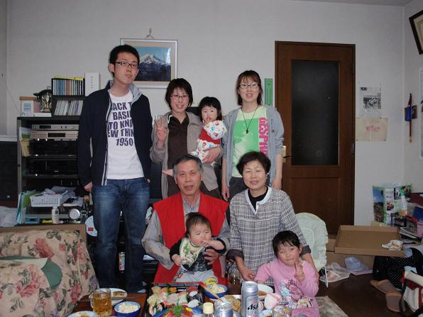 還暦祝いをしている家族